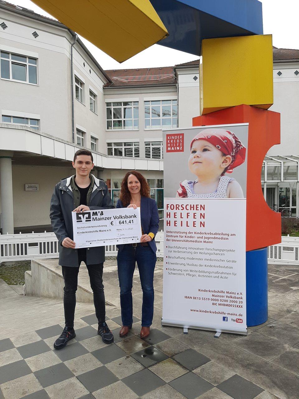 Tim Lörler bei der Spendenübergabe in der Uniklinik Mainz